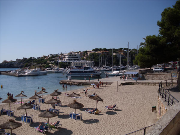 Hafen und Strand in Porto Cristo Mallorca