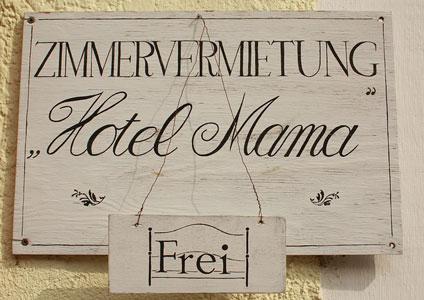 Im Hotel Mama in Lingen ist noch ein Zimmer frei.