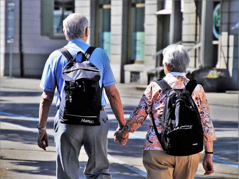 Opa und Oma auf Seniorenurlaub
